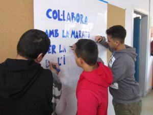 Confeccionant el cartell per a la Marató
