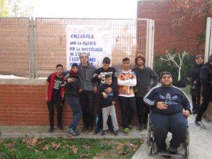 Alumnes de Can Barriga amb el cartell