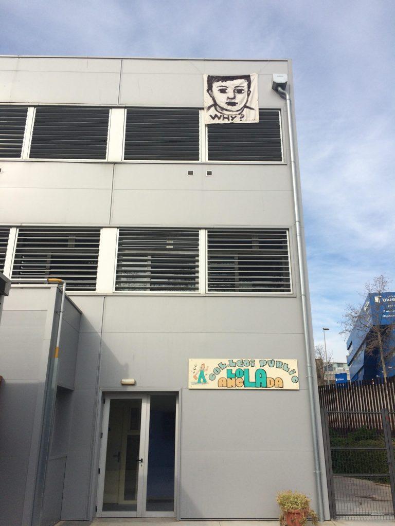 Pintura del Projecte WHY? a la façana del Lola Anglada